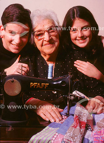 Familia - Avó com os netos na máquina de costura