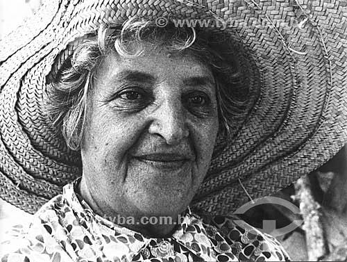 Terceira idade - Vovó - Dona Alexandrina com chapéu de palha