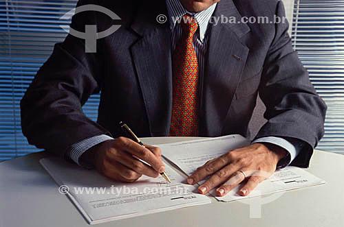 Homem executivo no escritório assinando contrato