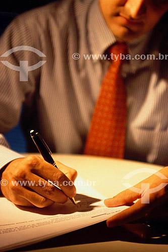 Homem executivo assinando contrato