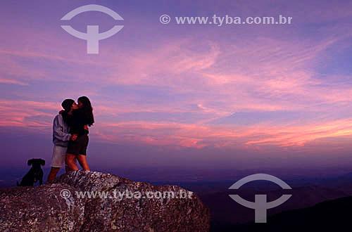 Casal se beijando no cume da Pedra Selada - Serra da Mantiqueira - RJ - Brasil  - Resende - Rio de Janeiro - Brasil