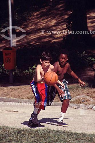 Crianças jogando basquete no Parque Guinle em Laranjeiras – Rio de Janeiro - RJ  /  Crianças - Felipe (released # 69) e (released #71)  - Rio de Janeiro - Rio de Janeiro - Brasil