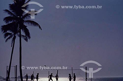 Silhueta de pessoas jogando vôlei (voleibol) de praia - Rio de Janeiro - RJ - Brasil  - Rio de Janeiro - Rio de Janeiro - Brasil
