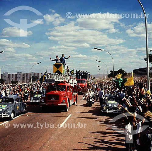 Desfile dos jogadores da seleção brasileira de futebol campeã da copa do mundo de 1970, com o técnico Zagallo e o capitão Carlos Alberto Torres acenando em primeiro plano - Brasília - DF - Brasil  - Brasília - Distrito Federal - Brasil