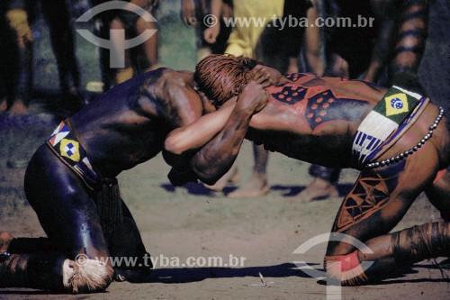 Índios lutando durante o Kuarup - Gaúcha do Norte - Mato Grosso (MT) - Brasil