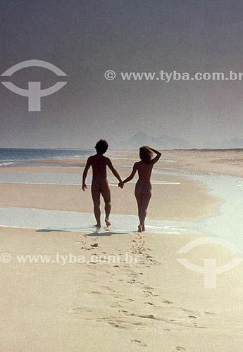 Casal em uma praia de nudismo