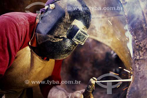 Soldador em uma industria de cimento, interior de São Paulo - Brasil - 2003  - São Paulo - São Paulo - Brasil