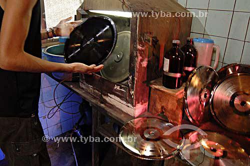 Processo de fabricação de vinil - Galvanoplastia da Fábrica de Discos de vinil Poly Som. William (Técnico de corte) - Belford Roxo - RJ - Brasil - Data: 13/12/2006.