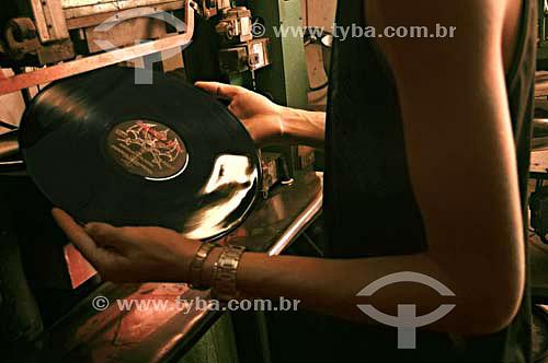 Parte do processo de fabricação de Disco na Fábrica de Discos de vinil Poly Som - Belford Roxo - RJ - Brasil - Data: 13/12/2006