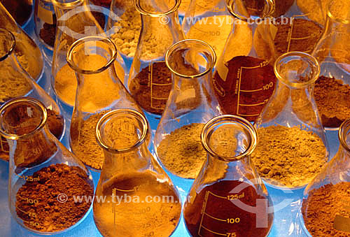 Diferentes variedades de pós armazenados em frascos Erlenmeyer