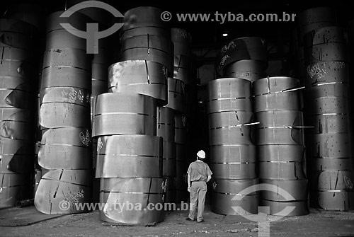 Indústria Siderúrgica -Trabalhador entre bobinas de placas aço - CSN - Companhia Siderúrgica Nacional - Volta Redonda - RJ - Brasil  - Volta Redonda - Rio de Janeiro - Brasil