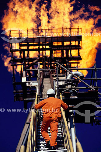 Trabalhador em plataforma de produção de petróleo - Brasil / Data: 2008