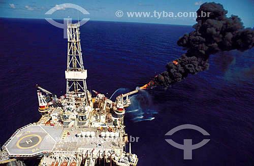 Plataforma de produção de petróleo - Bacia de Campos - RJ - Brasil / Data: 2004