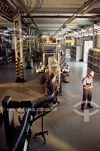Trabalhador em linha de produção de óleo da ESSO - Ilha do Governador - Rio de Janeiro - Brasil. Data: 2003