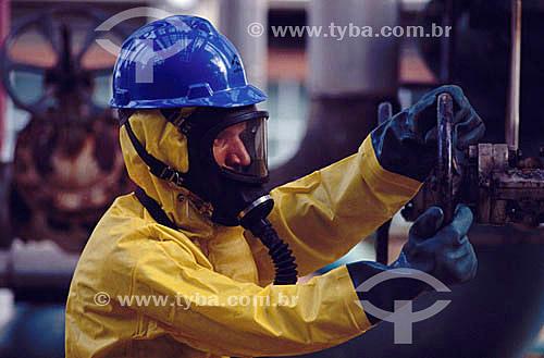 Trabalhador usando equipamentos de segurança no Pólo Petroquímico de Camaçari - próximo à Salvador - Bahia - Brasil  - Salvador - Bahia - Brasil