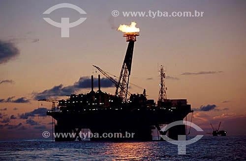 Indústria petrolífera - Plataforma de Petróleo durante o amanhecer na Bacia de Campos - RJ - Brasil / Data: 2007