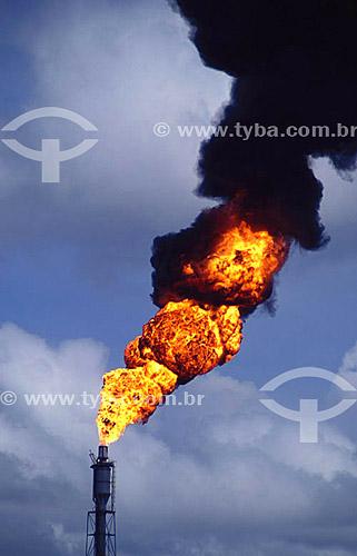 Poluição - Fogo e fumaça em chaminé de indústria petroquímica - Pólo Petroquímico de Camaçari - próximo à Salvador - Bahia - Brasil - 11/2005  - Salvador - Bahia - Brasil
