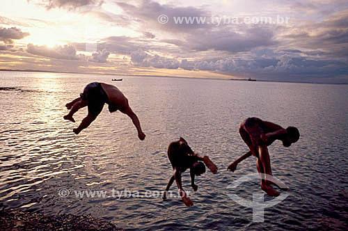 Meninos brincando de mergulhar no rio