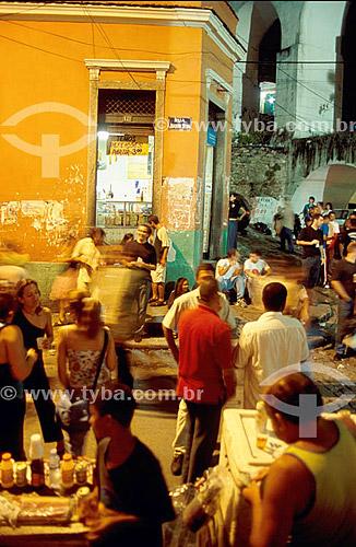 Pessoas bebendo e conversando na noite da Lapa - Rio de Janeiro - RJ - Brasil  - Lapa - Rio de Janeiro - Brasil