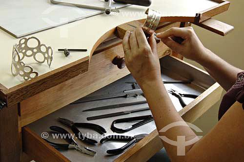 Mulher fazendo um bracelete de moda - Design de Moda - Rita de Santos - Rio de Janeiro - RJ - Brasil - Data: 30/11/2006