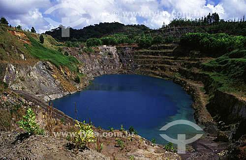 Assunto: Lago formado pela água da chuva numa mina de extração de manganês (mina T6, desativada, com 176 metros de profundidade) na área da ICOMI (Industria e Comércio de Minérios) / Local: Serra do Navio - Amapá / Data: 09/1999