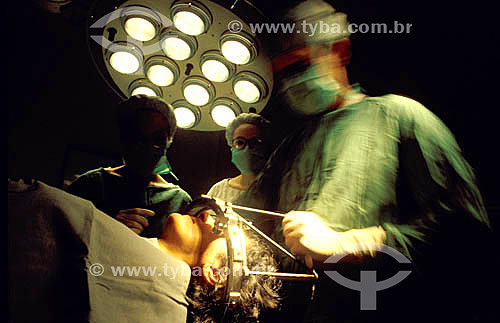 Hospital - Médicos em sala de cirurgia