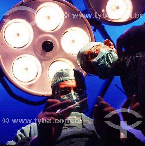 Hospital - Cirurgiões em sala de cirurgia