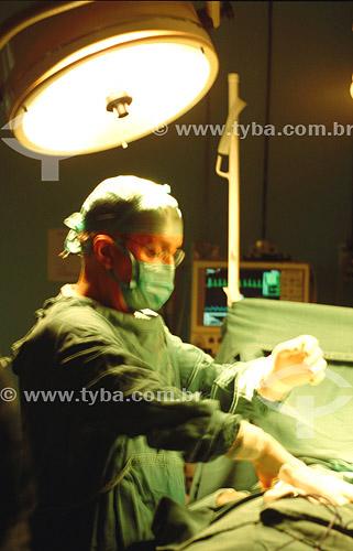 Hospital - Cirurgião em sala de cirurgia