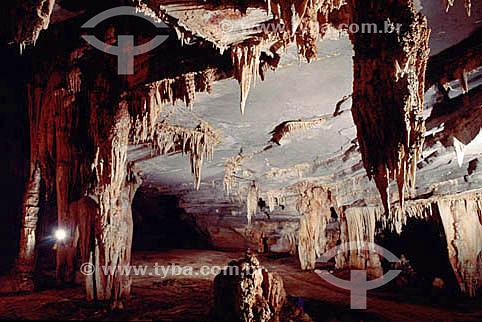 Caverna com estalactites - Parque Nacional Serra da Capivara - São Raimundo Nonato - PI - Brasil  O Parque é Patrimônio Físico, Ecológico e Pré-Histórico Mundial pela UNESCO desde 13-12-1991e Patrimônio Histórico Nacional desde 28-09-1993.  - Piauí - Brasil