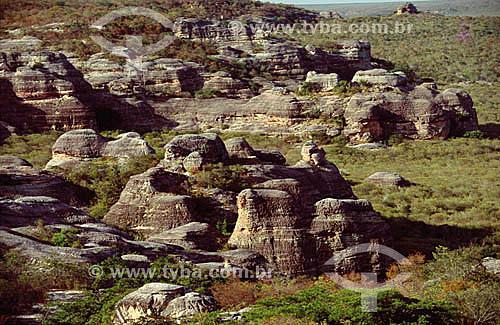 Formações rochosas - Parque Nacional Serra da Capivara - São Raimundo Nonato - PI - Brasil  O Parque é Patrimônio Físico, Ecológico e Pré-Histórico Mundial pela UNESCO desde 13-12-1991e Patrimônio Histórico Nacional desde 28-09-1993.  - Piauí - Brasil