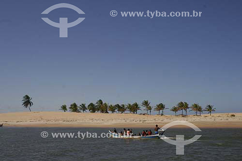 Barco com motor levando passageiros com dunas ao fundo - foz do Rio São Francisco - divisa de Alagoas e Sergipe - AL - Brasil   - Sergipe - Brasil