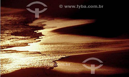Praia ao pôr-do-sol