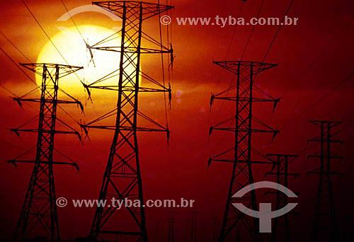 Torres de transmissão ao pôr-do-sol