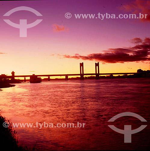 Ponte sobre o rio Guaíba ao pôr-do-sol - Porto Alegre - Rio Grande do Sul - Brasil  - Rio Grande do Sul - Brasil