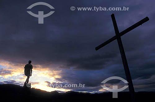 Silhueta de homem e Cruz no alto de Xique-Xique do Igatu - Chapada Diamantina - Bahia - Brasil  - Bahia - Brasil