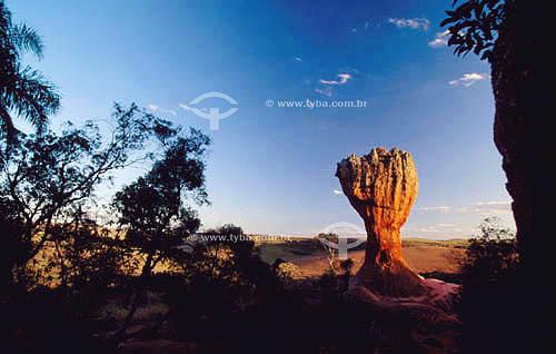 Vista de formações rochosas naturais de Vila Velha, cujos  torreões chegam a alcançar 35 metros de altura - Parque Estadual de Vila Velha - PR - Brasil  - Vila Velha - Paraná - Brasil