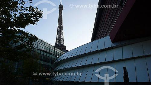 Museu de Quai Branly (Obra do arquiteto Jean Nouvel) com Torre Eiffel ao fundo - Paris - França - Outubro de 2007
