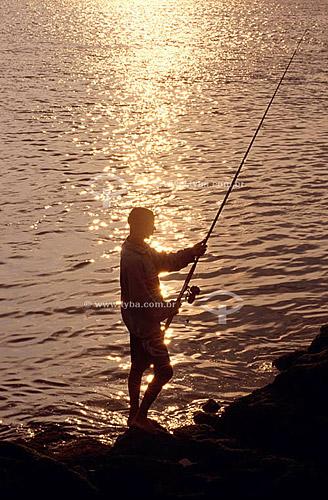 Pescador com vara ao amanhecer na Boca da Barra - Cabo Frio - RJ - Brasil  - Cabo Frio - Rio de Janeiro - Brasil