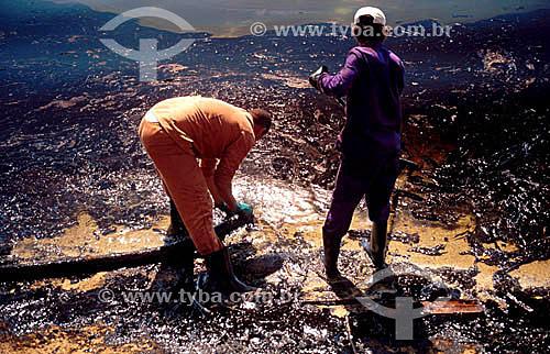 Funcionário da PETROBRAS limpando parte do vazamento de óleo da PETROBRAS na Ilha de Paquetá  - Rio de Janeiro - Rio de Janeiro (RJ) - Brasil