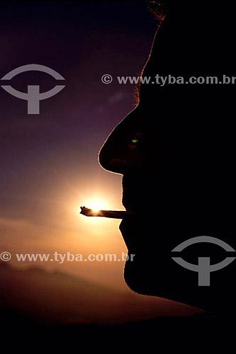 Silhueta de homem fumando maconha - Brasil