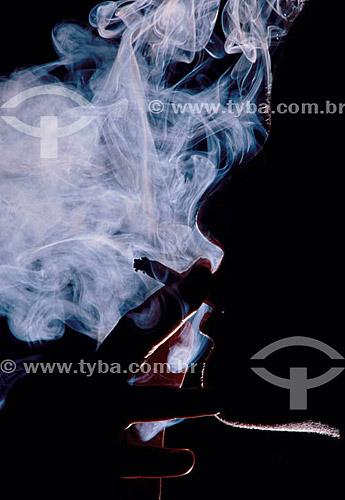 Silhueta de mulher fumando maconha -  Brasil