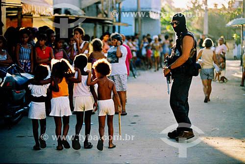Policial encapuzado e armado ao lado de crianças - Blitz policial em Vigário Geral - Rio de Janeiro - RJ - Brasil  - Rio de Janeiro - Rio de Janeiro - Brasil