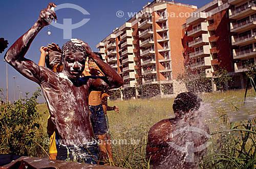 Meninos de rua ensaboados, tomando banho público  - Rio de Janeiro - Rio de Janeiro - Brasil