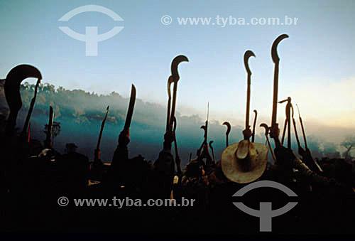 Manifestação do Movimento dos Sem-Terra com facões e foices erguidos - Brasil