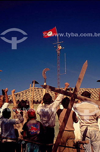 Reforma Agrária - Manifestação do Movimento dos Sem-Terra com facões e foices erguidos ocupação da Fazenda São Pedro - Bagé - RS - Brasil  - Bagé - Rio Grande do Sul - Brasil