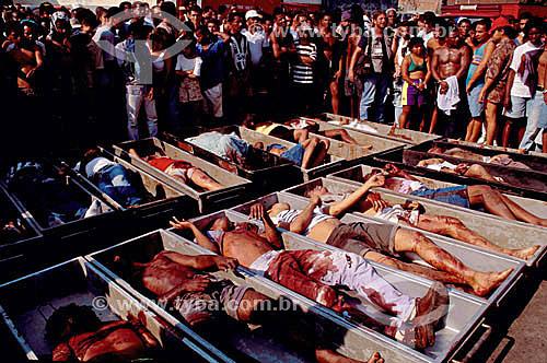 Corpos das vítimas da Chacina em Vigário Geral em caixões e população ao redor  - Rio de Janeiro - Rio de Janeiro - Brasil