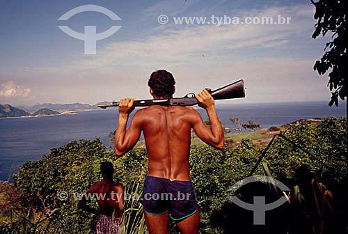 Traficante do morro Chapéu Mangueira olhando o mar com arma nas costas - Copacabana - RJ - Brasil  - Rio de Janeiro - Rio de Janeiro - Brasil