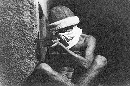 Menor armado escondendo o rosto para não ser identificado - RJ - Brasil  - Rio de Janeiro - Brasil