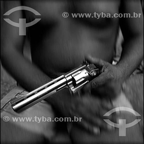 Homem segurando arma -  Revólver