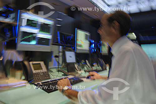 Operador trabalhando em mesa de investimentos da BOVESPA (Bolsa de Valores de São Paulo)- São Paulo- SP - Brasil - Novembro de 2006  - São Paulo - São Paulo - Brasil